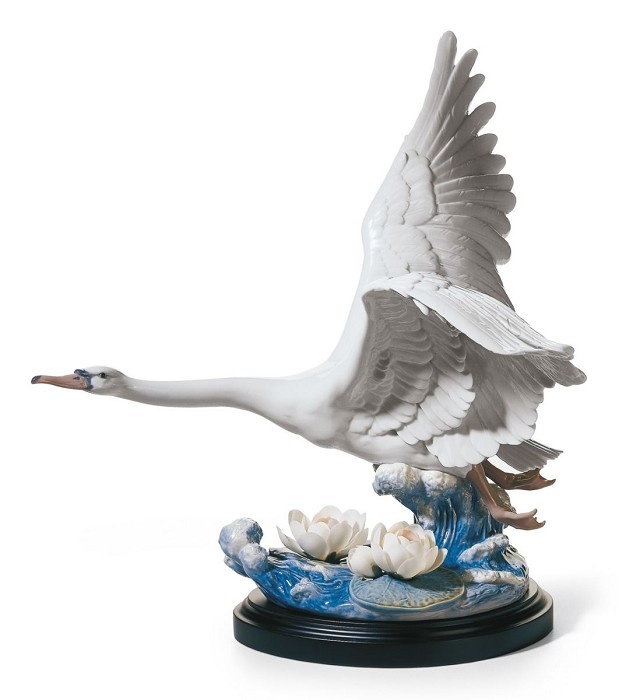 LladroMajestic SwanPorcelain Figurine