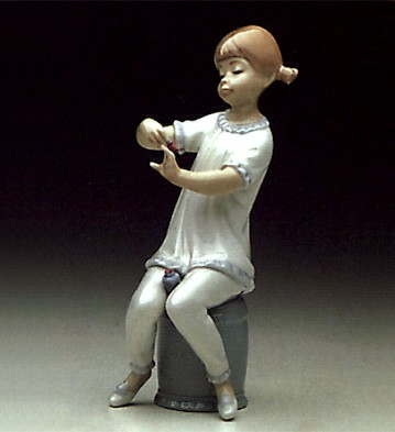 Lladro Girl Manicuring 1971-85 Porcelain Figurine
