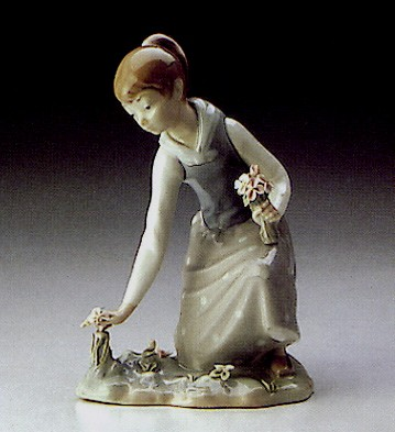 Lladro Girl Gathering Flowers 1971-93 Porcelain Figurine