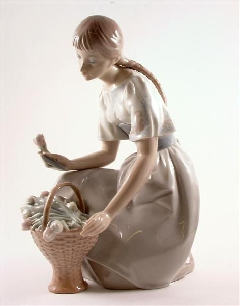Lladro Girl with Tulips 1970-78 Porcelain Figurine